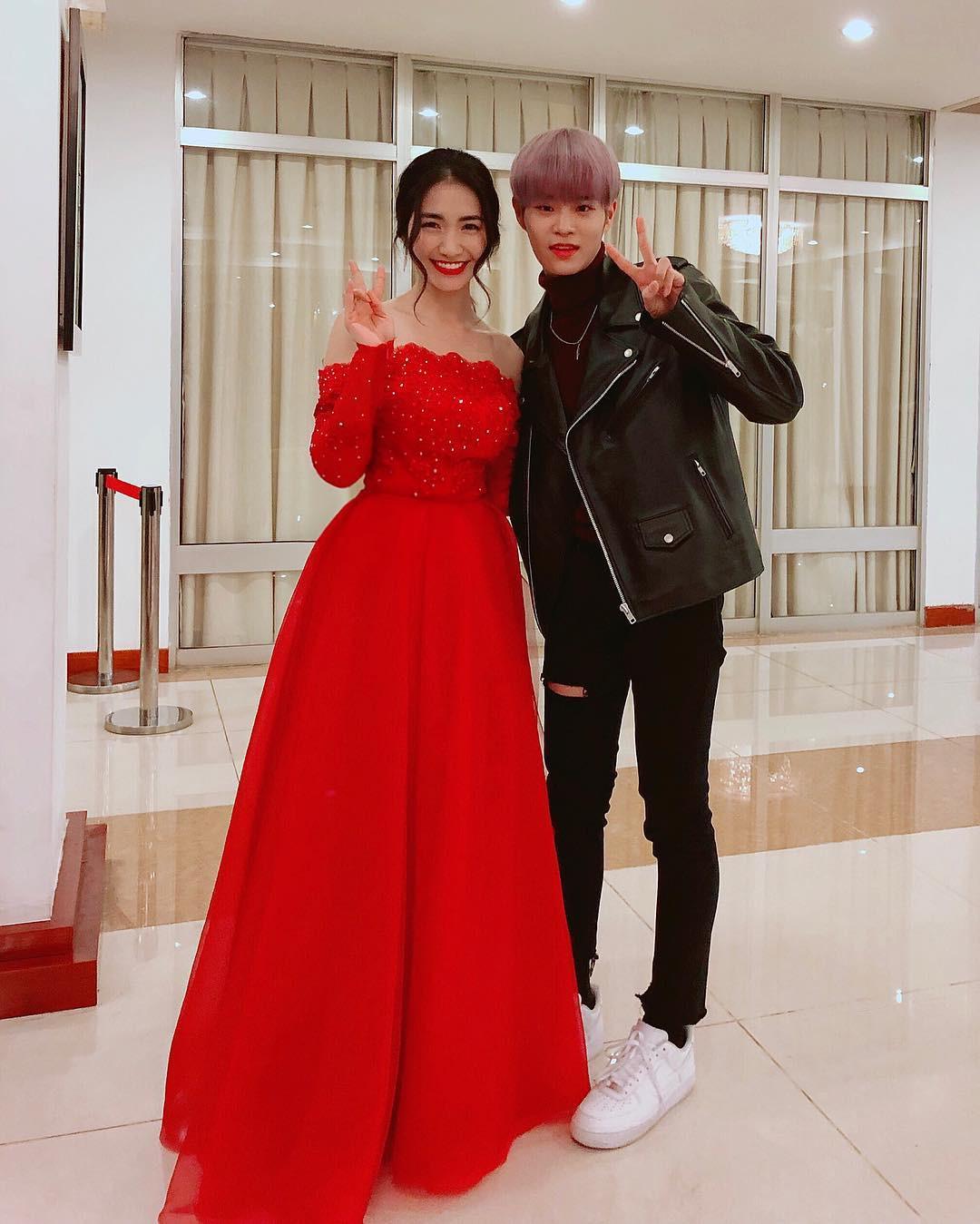 Đại chiến hoa dâm bụt: Hòa Minzy mặc áo phao đỏ, Đức Phúc liền ví chị giống chiếc xúc xích - Ảnh 4.