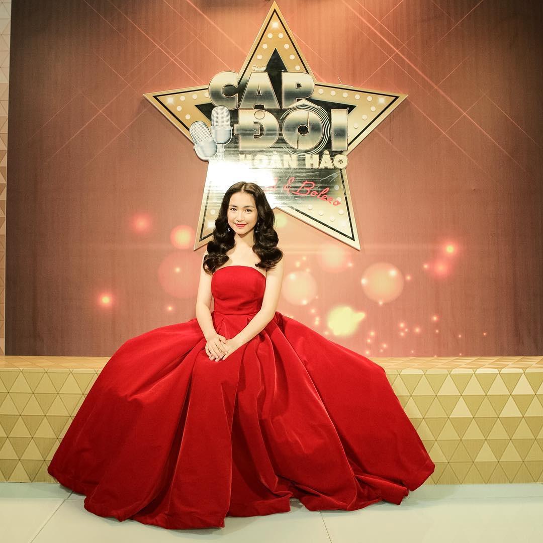 Đại chiến hoa dâm bụt: Hòa Minzy mặc áo phao đỏ, Đức Phúc liền ví chị giống chiếc xúc xích - Ảnh 6.