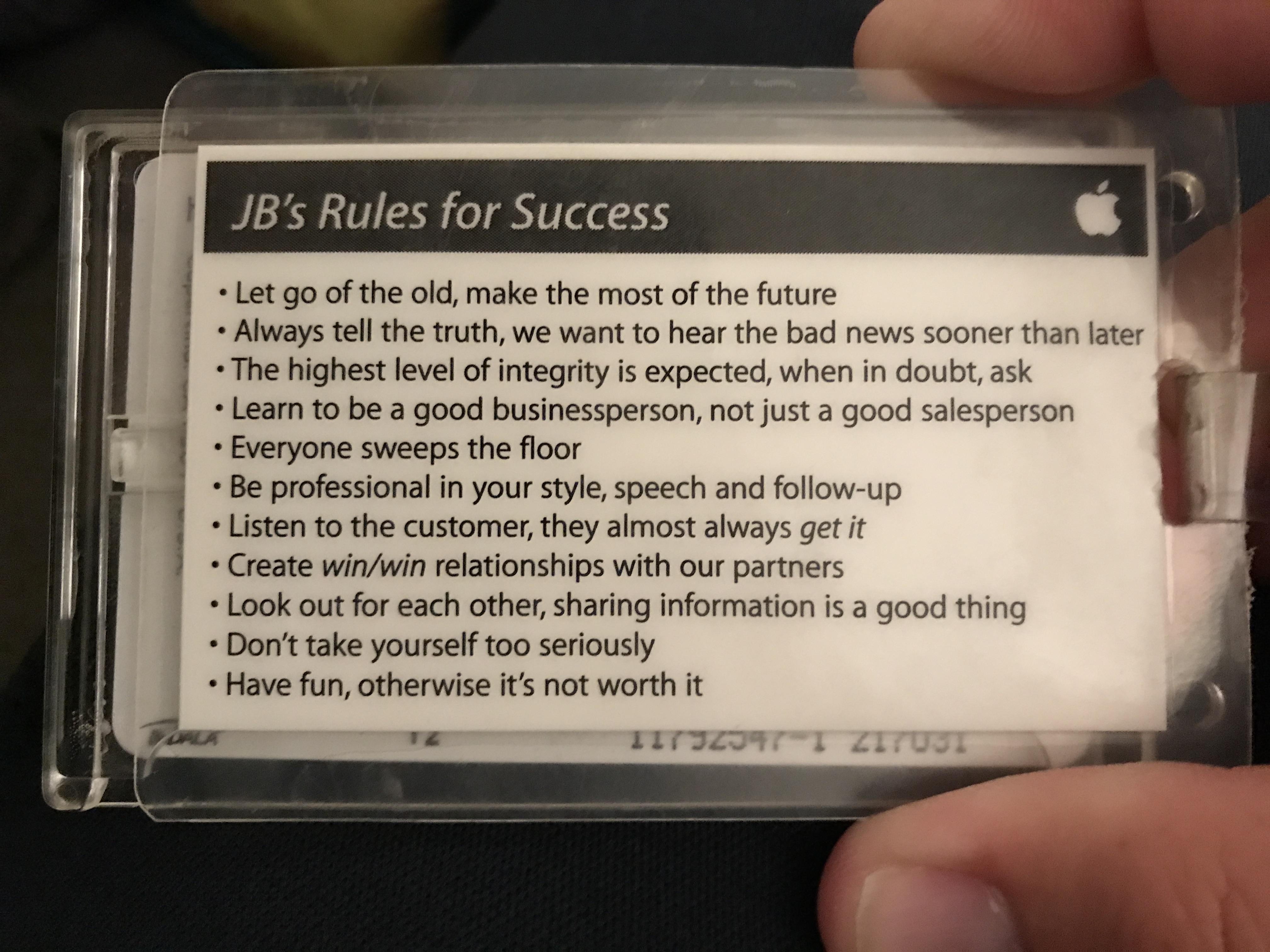 Bạn sẽ bất ngờ khi biết 11 điều luật thành công đính trên thẻ nhân viên Apple, điều số 5 đáng suy nghĩ nhất - Ảnh 1.