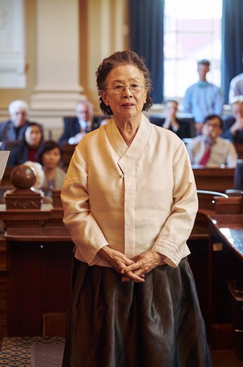 I Can Speak: Ngỡ phim trong nhà ngoài phố, không ngờ là một bài diễn văn chính trị xứ Hàn! - Ảnh 6.