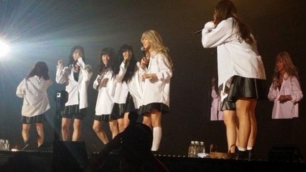 Màn giả gái của iKON bị chỉ trích dữ dội vì phản cảm - Ảnh 2.