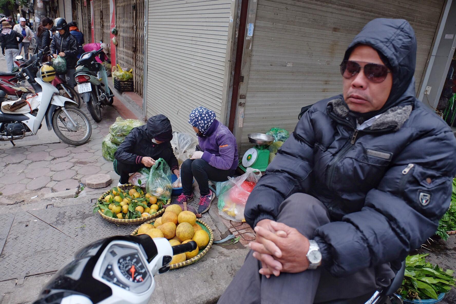 Chùm ảnh: Người Hà Nội co ro xuống phố trong cái lạnh kỷ lục từ đầu mùa - Ảnh 9.