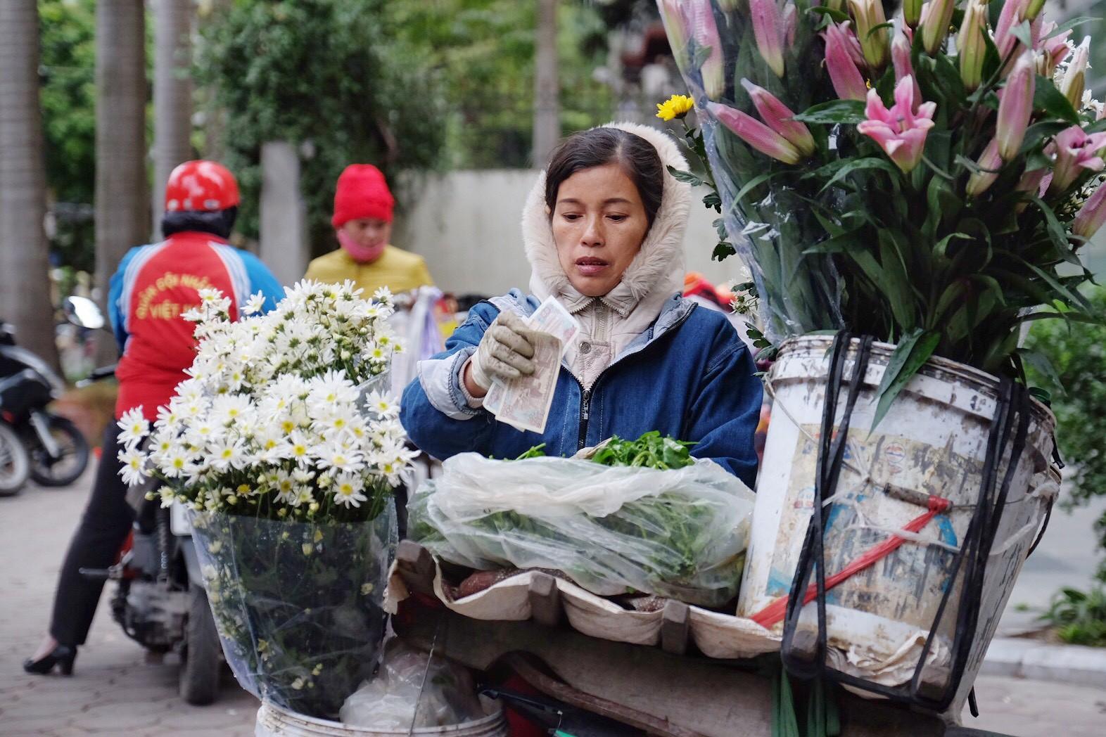 Chùm ảnh: Người Hà Nội co ro xuống phố trong cái lạnh kỷ lục từ đầu mùa - Ảnh 10.