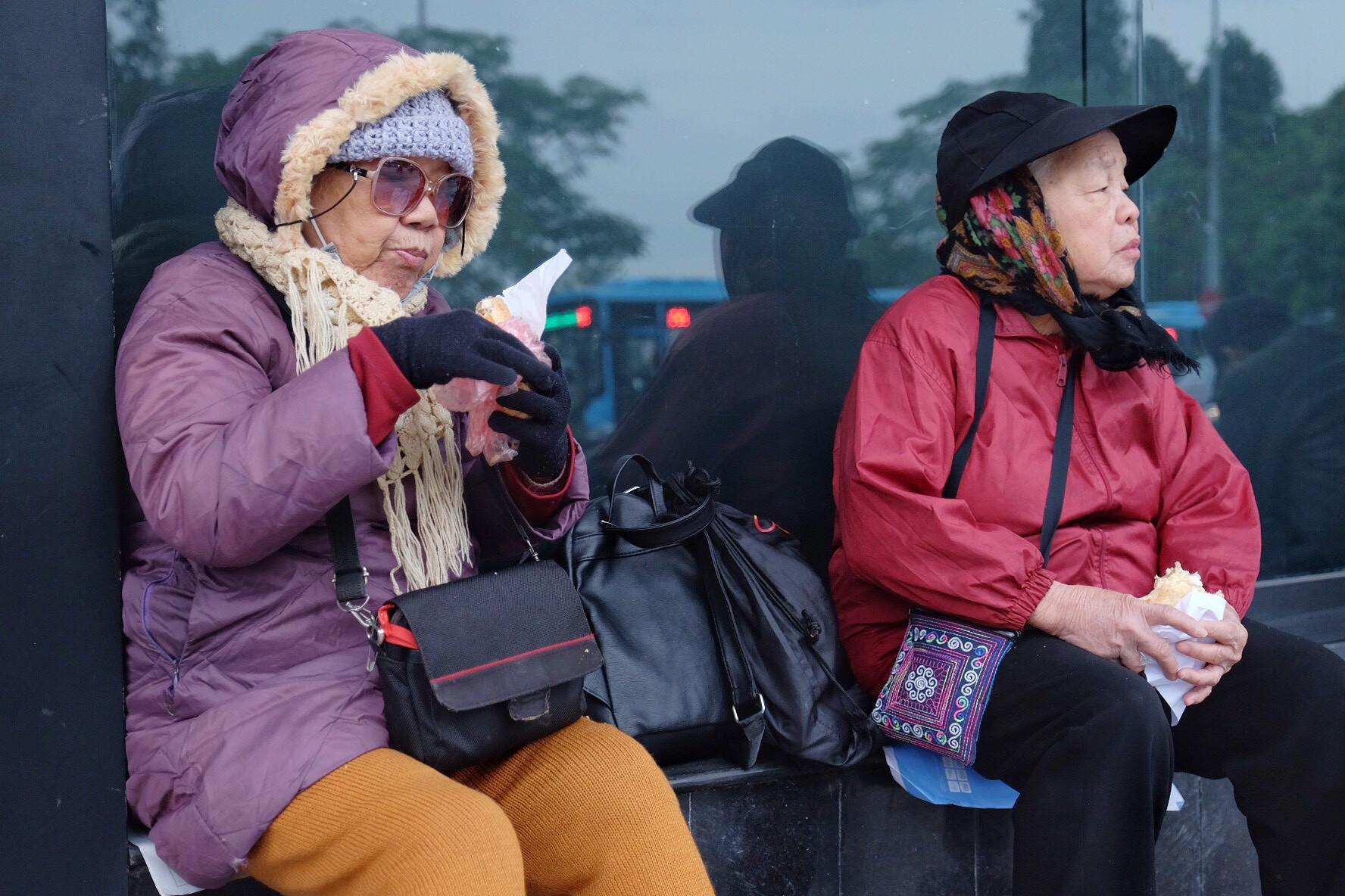 Chùm ảnh: Người Hà Nội co ro xuống phố trong cái lạnh kỷ lục từ đầu mùa - Ảnh 1.