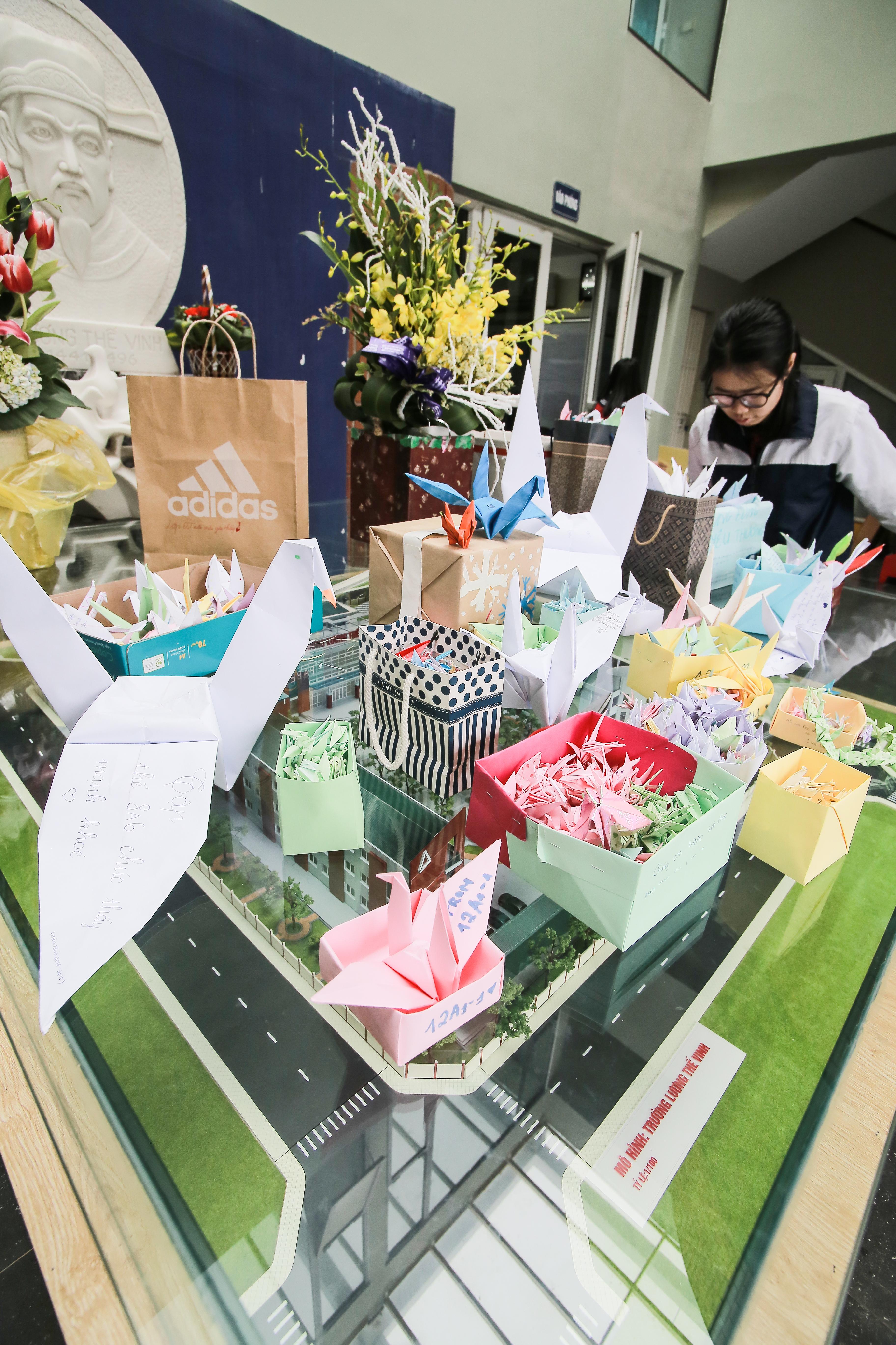 Học sinh Lương Thế Vinh gửi điều ước vào 19.000 hạc giấy, mong thầy Văn Như Cương sớm phục hồi - Ảnh 9.