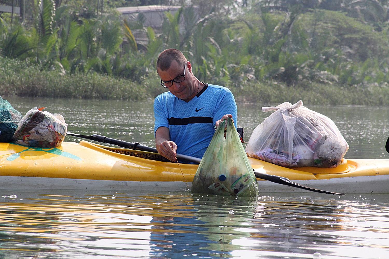 Nhiều người vô tư xả rác, còn khách Tây bỏ 10 USD để mua tour du lịch vớt rác trên sông Hoài, Hội An - Ảnh 14.