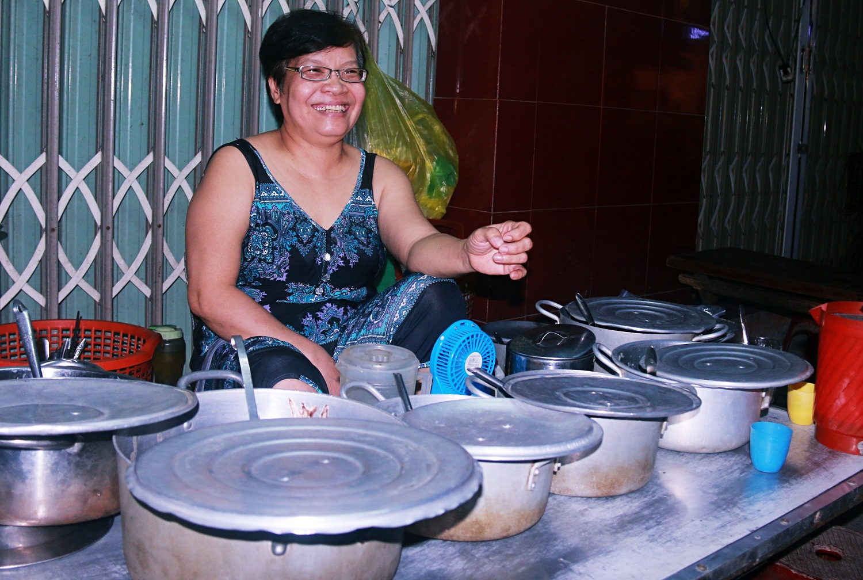 Bà chủ quán chè 5.000 đồng hơn 40 năm giữa lòng Đà Nẵng: Tăng giá thì học sinh, công nhân sao có tiền mua! - Ảnh 6.