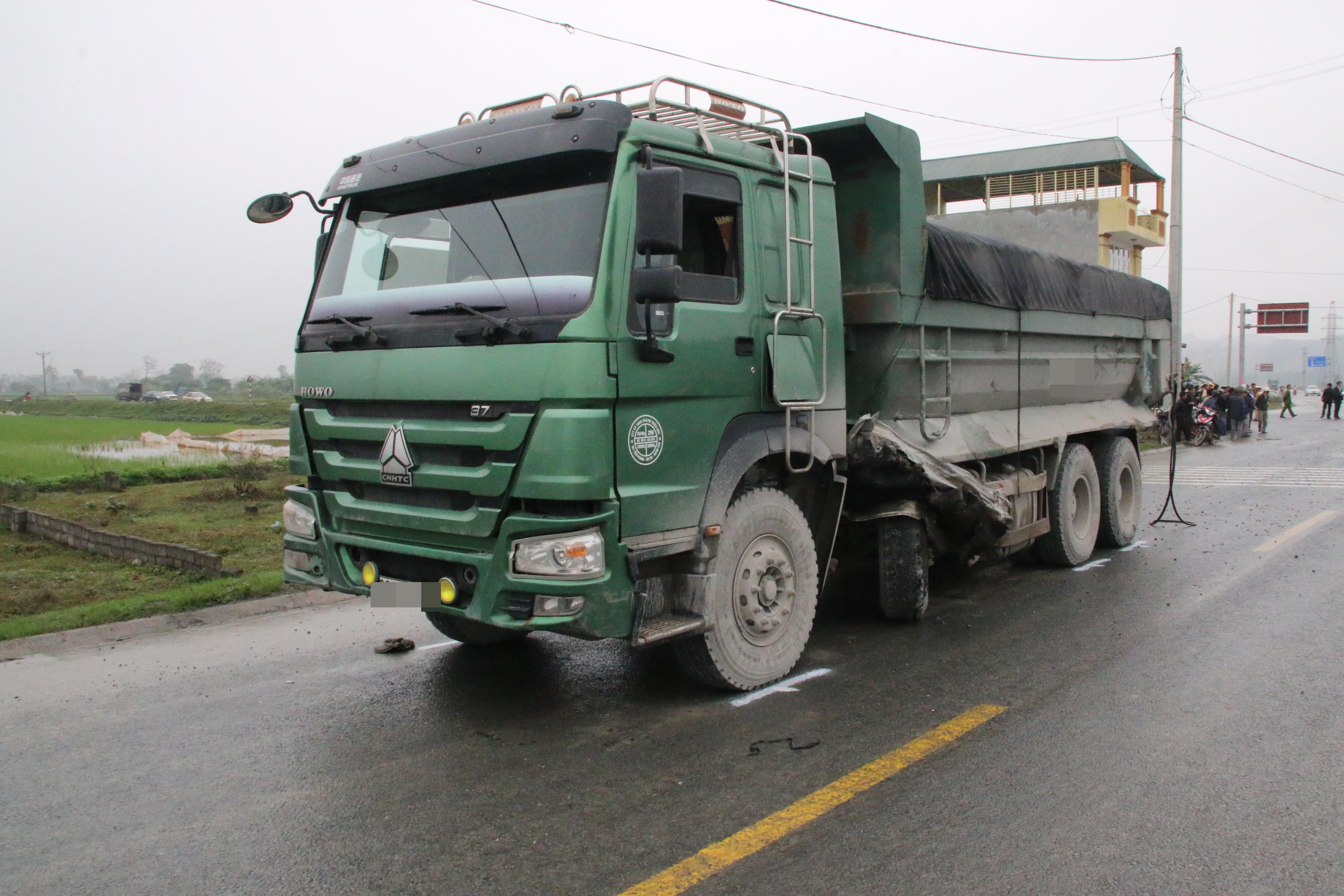 Chùm ảnh: Hiện trường vụ xe đón dâu đâm vào xe tải khiến 3 người thiệt mạng, 16 người khác bị thương - Ảnh 5.