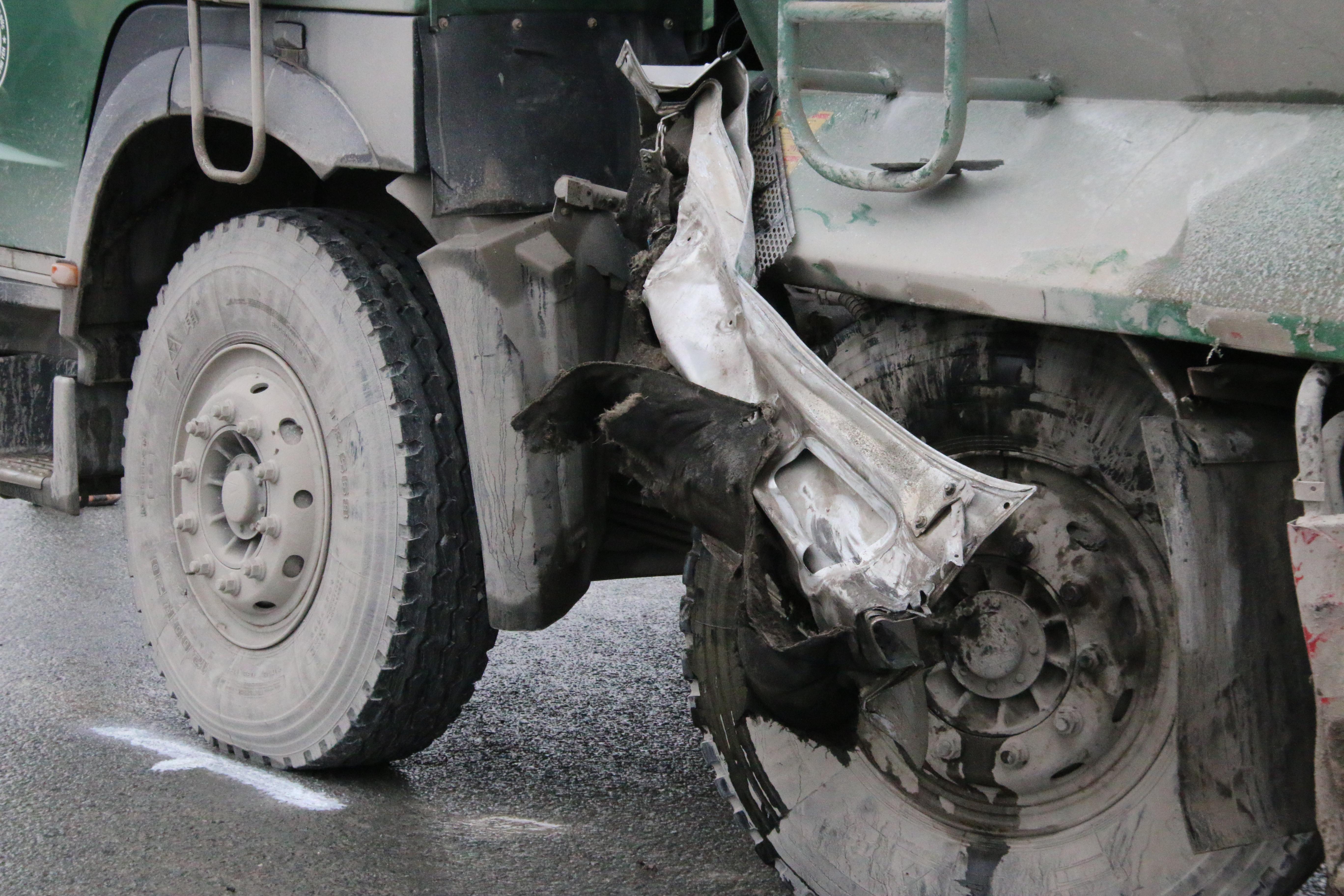 Chùm ảnh: Hiện trường vụ xe đón dâu đâm vào xe tải khiến 3 người thiệt mạng, 16 người khác bị thương - Ảnh 7.