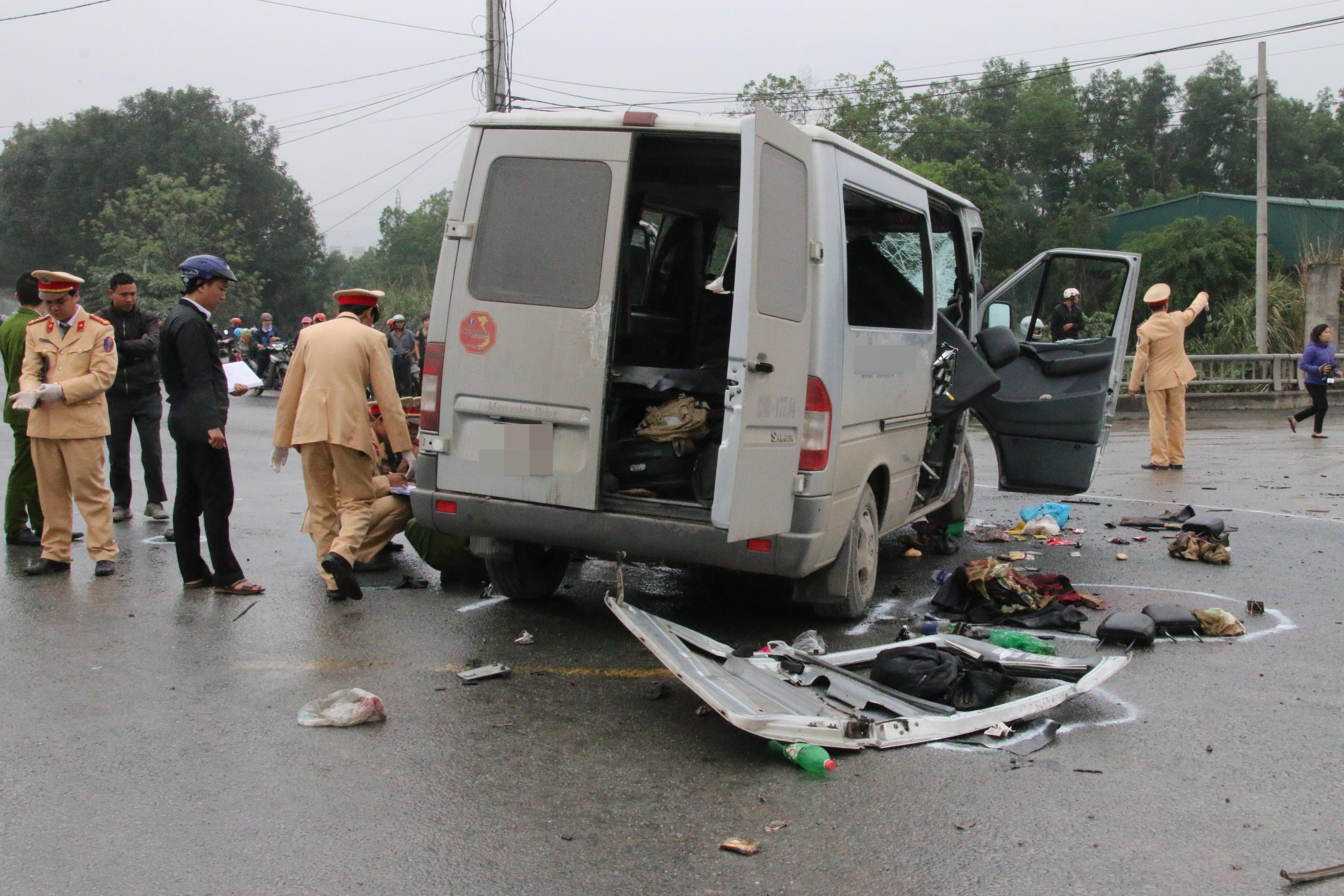 Chùm ảnh: Hiện trường vụ xe đón dâu đâm vào xe tải khiến 3 người thiệt mạng, 16 người khác bị thương - Ảnh 3.