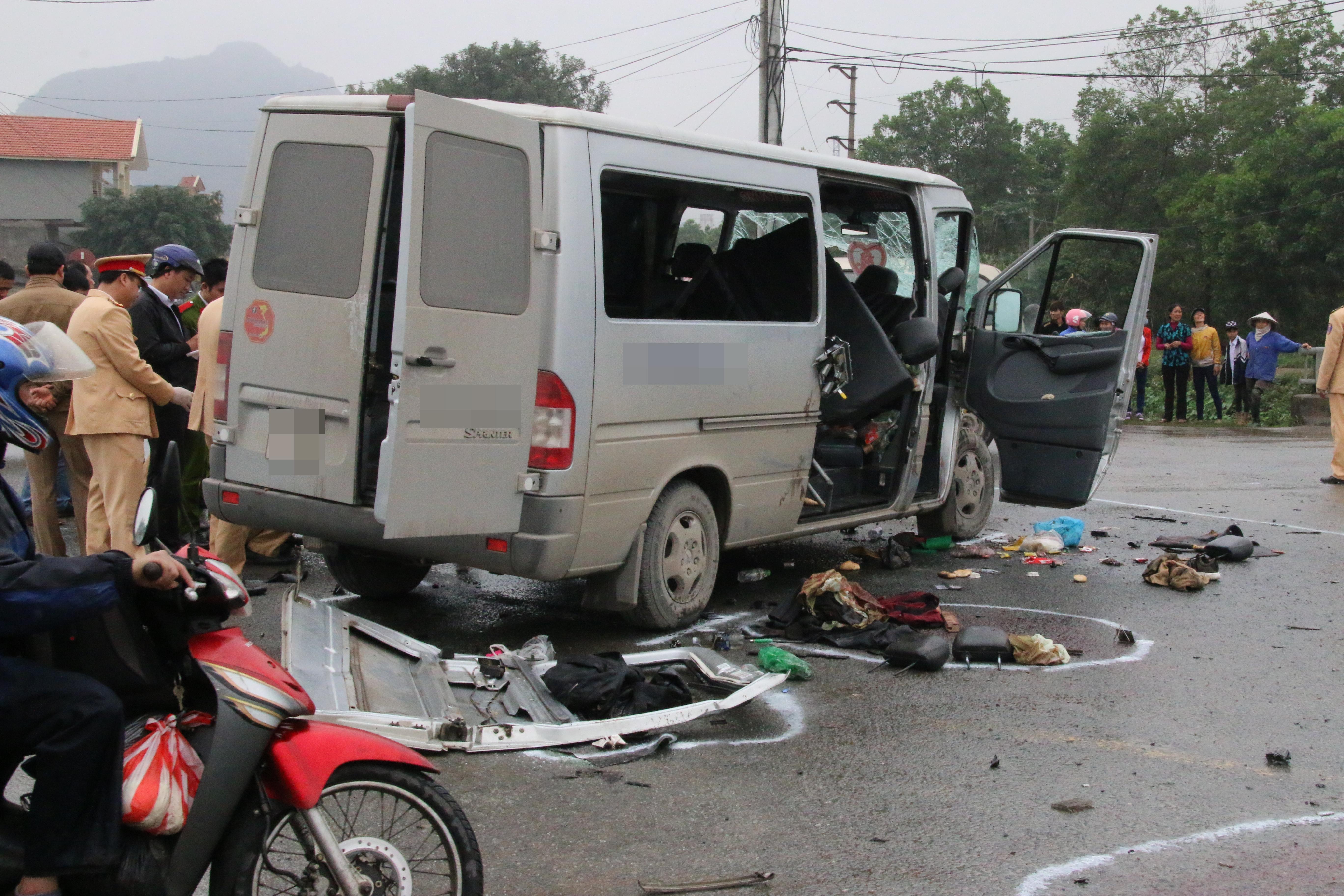 Chùm ảnh: Hiện trường vụ xe đón dâu đâm vào xe tải khiến 3 người thiệt mạng, 16 người khác bị thương - Ảnh 6.