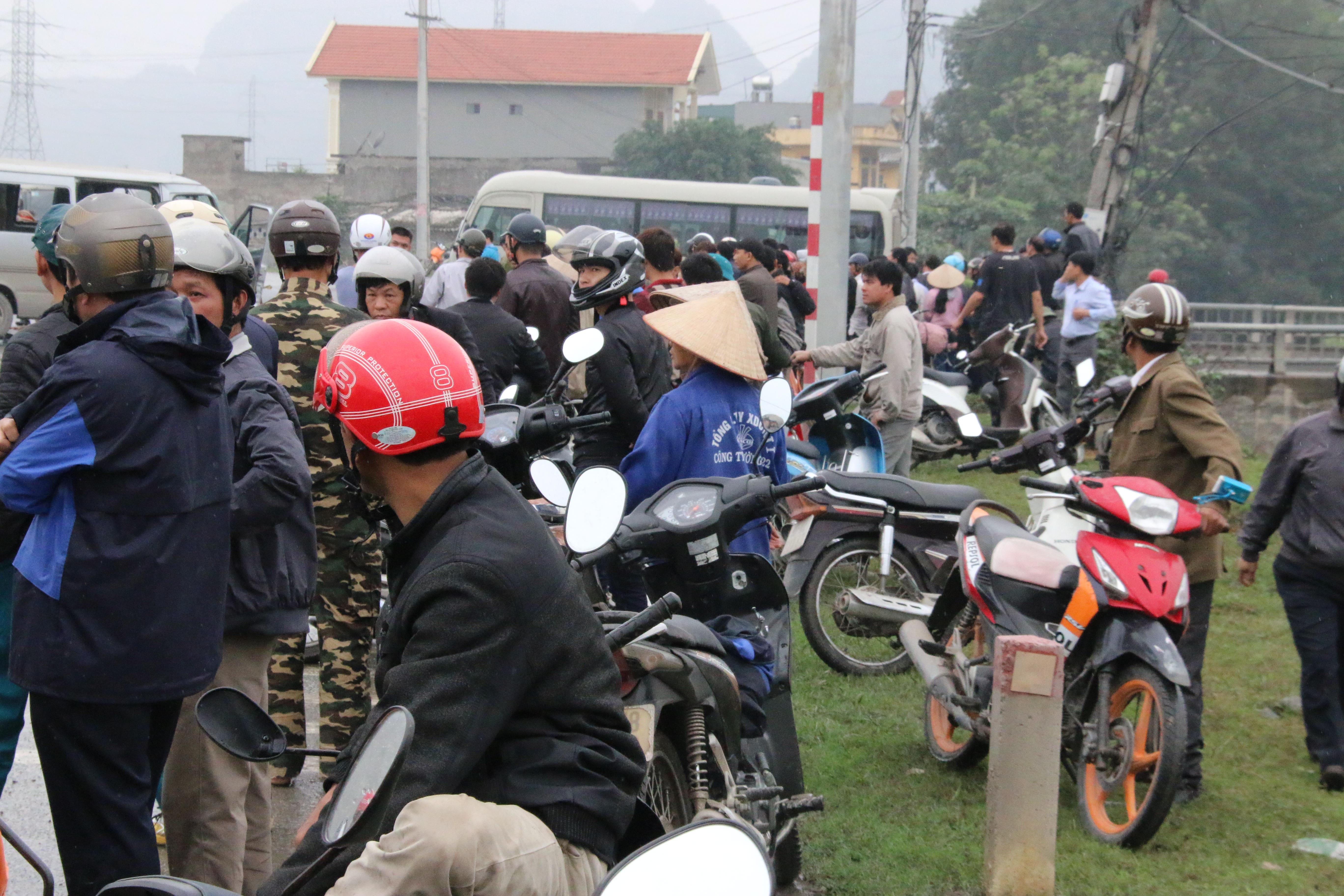 Chùm ảnh: Hiện trường vụ xe đón dâu đâm vào xe tải khiến 3 người thiệt mạng, 16 người khác bị thương - Ảnh 10.