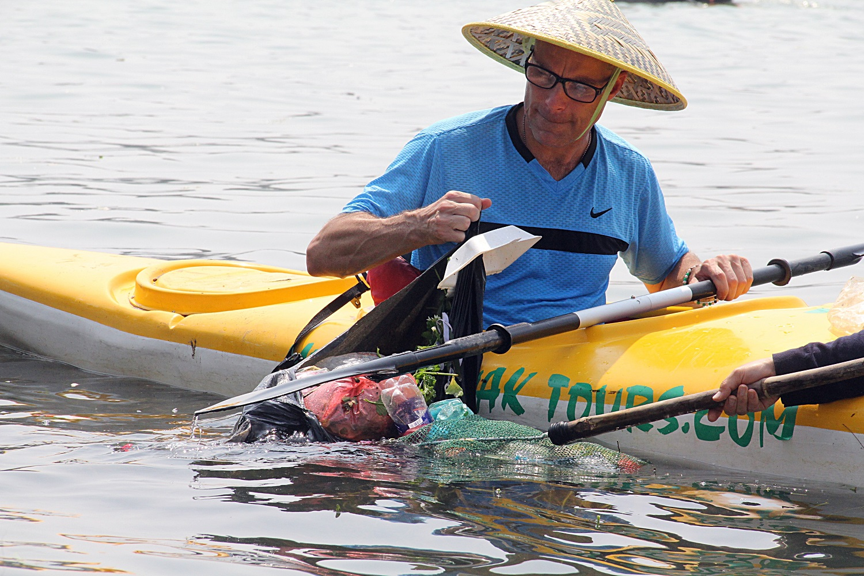 Nhiều người vô tư xả rác, còn khách Tây bỏ 10 USD để mua tour du lịch vớt rác trên sông Hoài, Hội An - Ảnh 3.