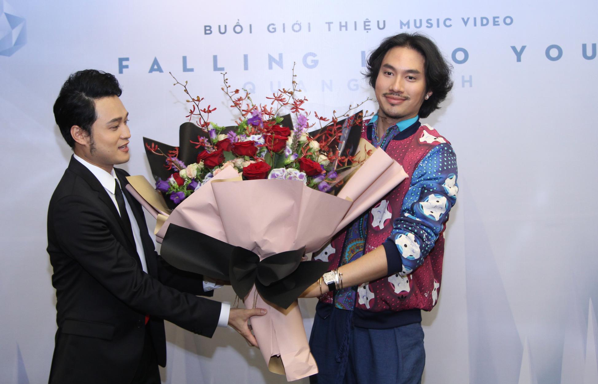 Lý Quí Khánh mang hoa tự cắm đến mừng Quang Vinh ra mắt MV mới - Ảnh 4.