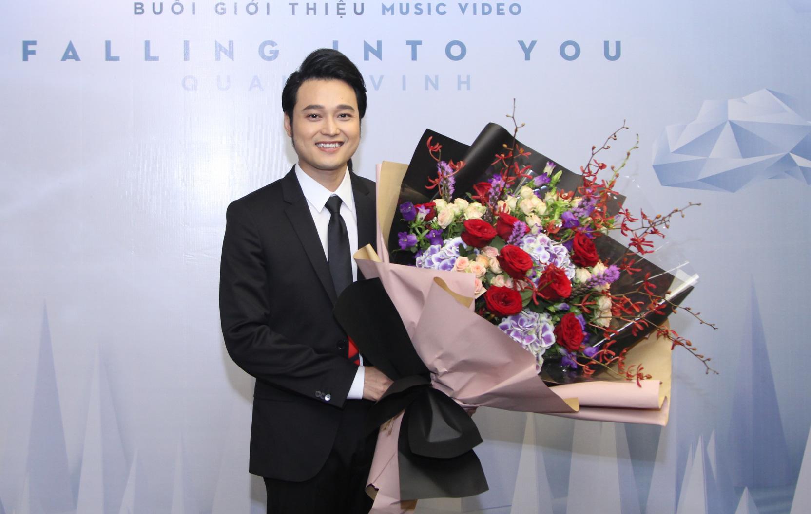 Lý Quí Khánh mang hoa tự cắm đến mừng Quang Vinh ra mắt MV mới - Ảnh 3.