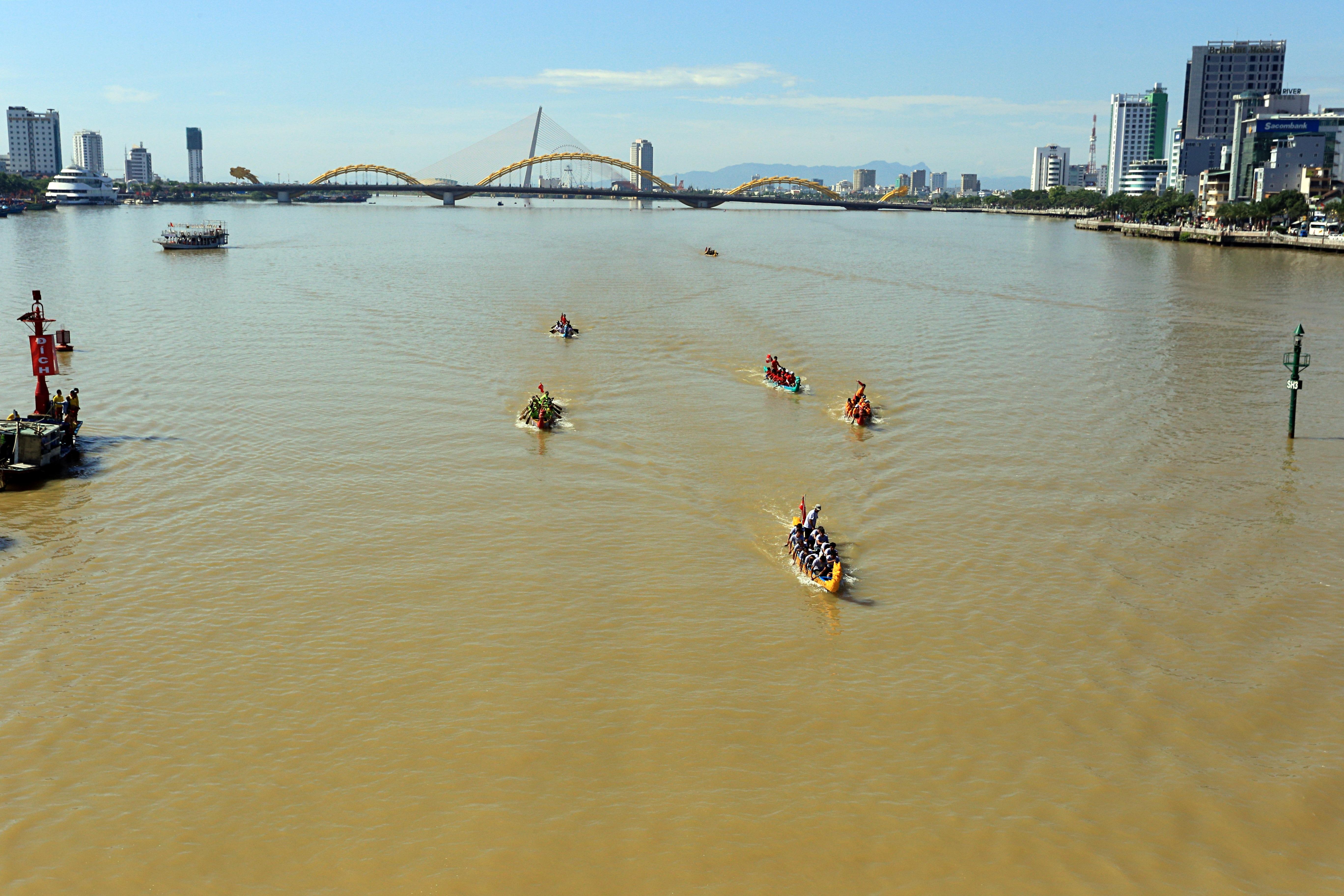 Hàng nghìn người Đà Nẵng đội nắng đổ ra sông Hàn xem đua thuyền ngày 2/9 - Ảnh 1.