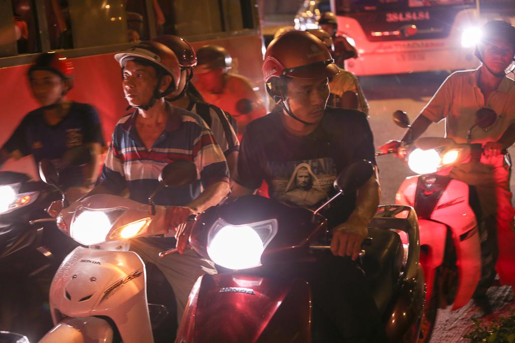 Giao thông ùn tắc nghiêm trọng từ chiều đến tối, khách xuống xe vác balo chạy bộ vào bến xe lớn nhất Sài Gòn - Ảnh 3.