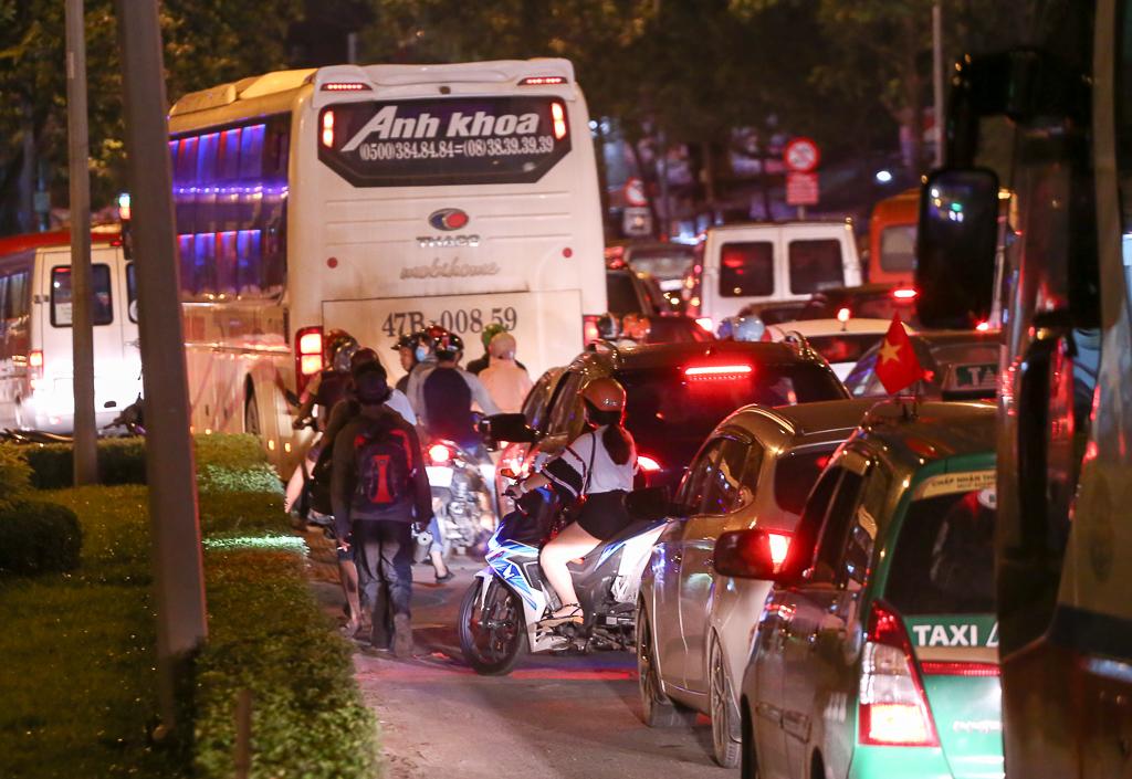 Giao thông ùn tắc nghiêm trọng từ chiều đến tối, khách xuống xe vác balo chạy bộ vào bến xe lớn nhất Sài Gòn - Ảnh 8.