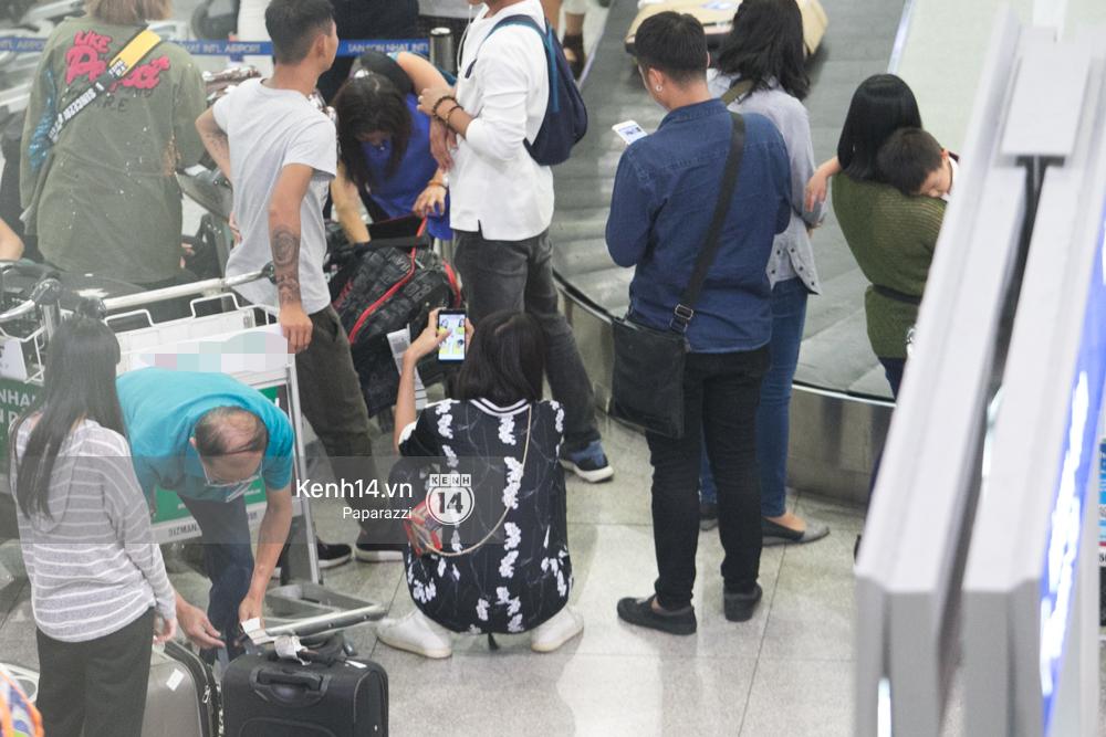 Trương Mỹ Nhân để mặt mộc vẫn rạng ngời, được fan vây kín tại sân bay giữa đêm - Ảnh 4.