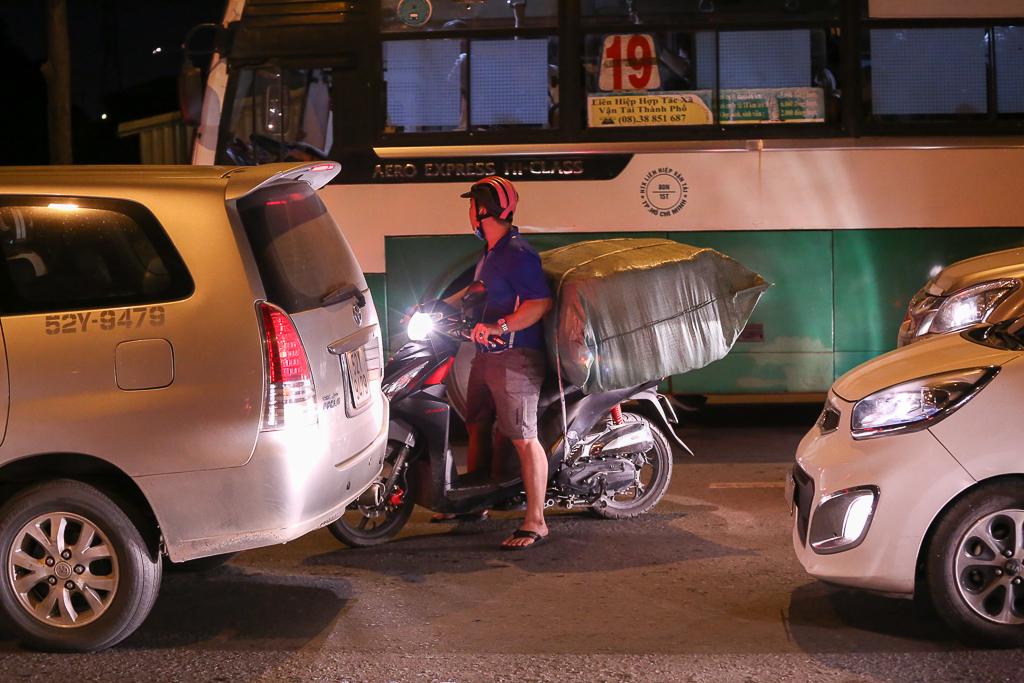 Giao thông ùn tắc nghiêm trọng từ chiều đến tối, khách xuống xe vác balo chạy bộ vào bến xe lớn nhất Sài Gòn - Ảnh 15.