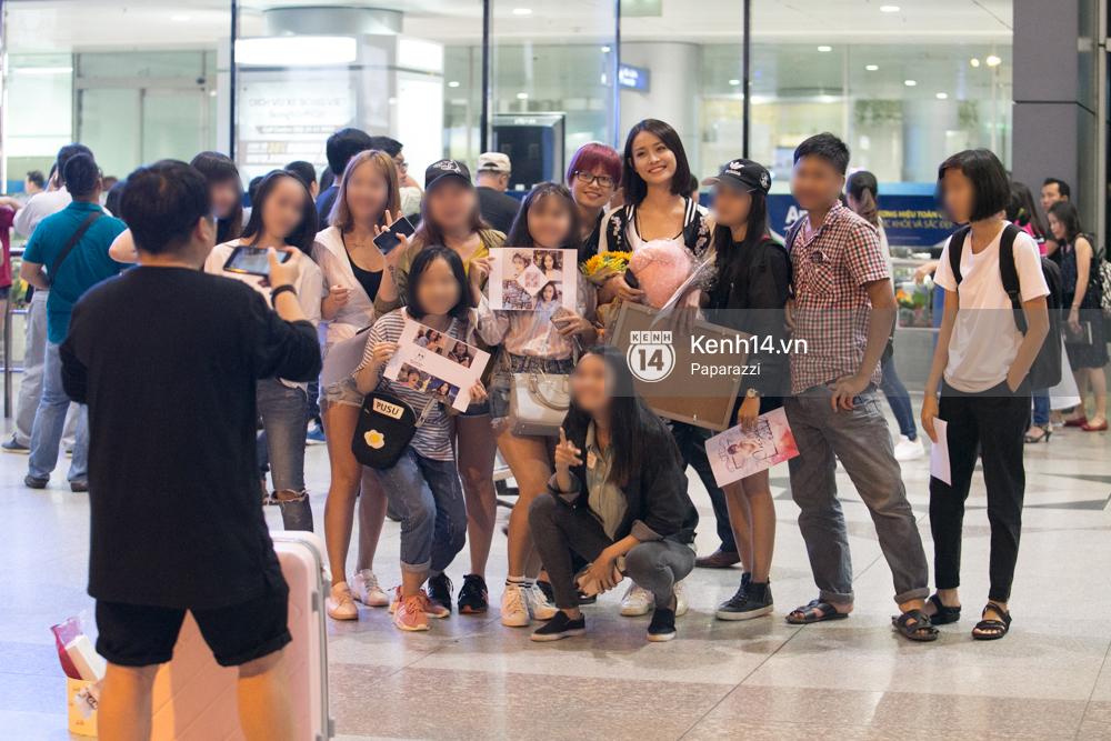 Trương Mỹ Nhân để mặt mộc vẫn rạng ngời, được fan vây kín tại sân bay giữa đêm - Ảnh 9.