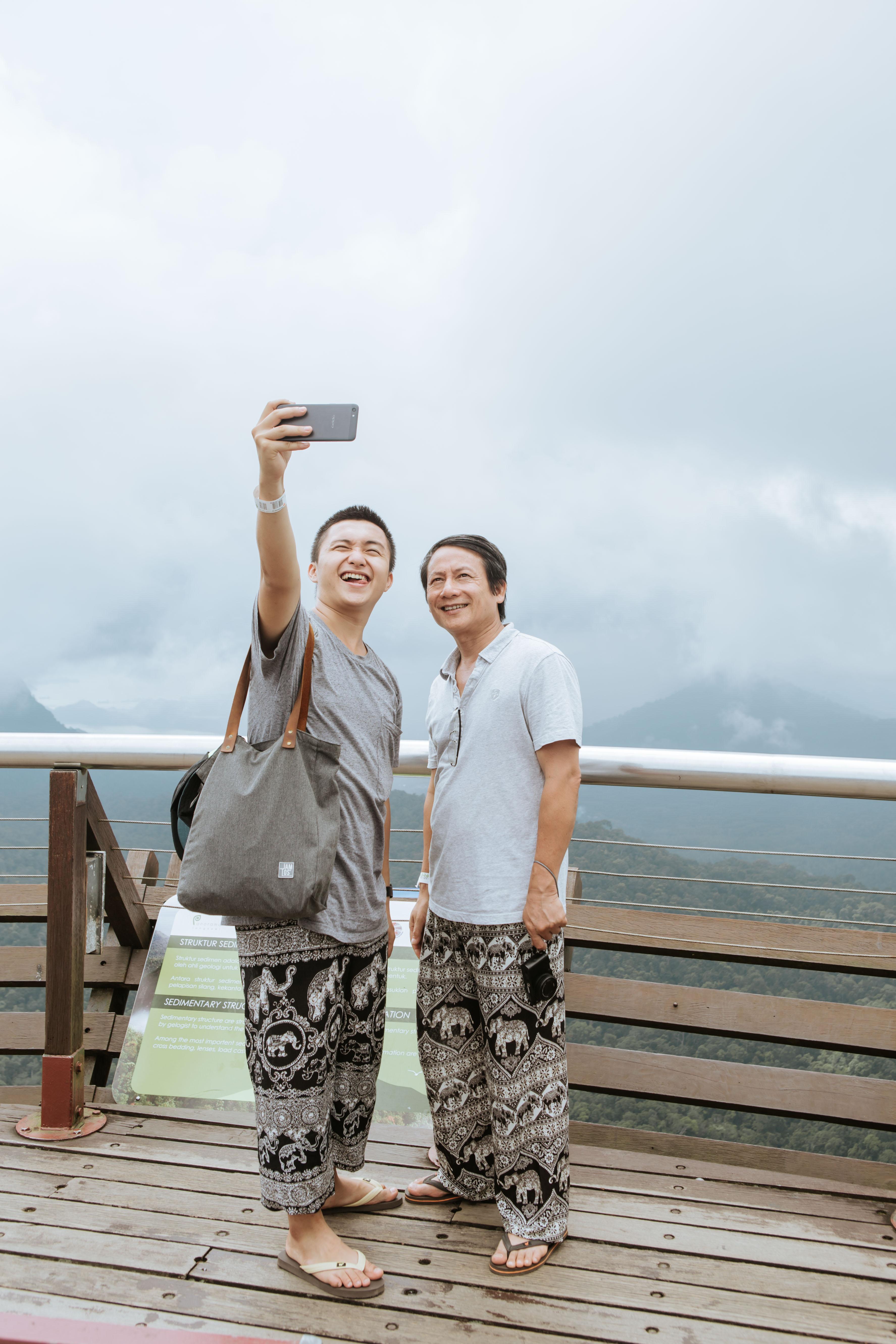 Bạn chọn ai khi muốn đi du lịch, cậu con trai Nghệ An 24 tuổi này rủ ông bố 60 tuổi, và họ có những trải nghiệm cùng nhau lần đầu tiên! - Ảnh 1.