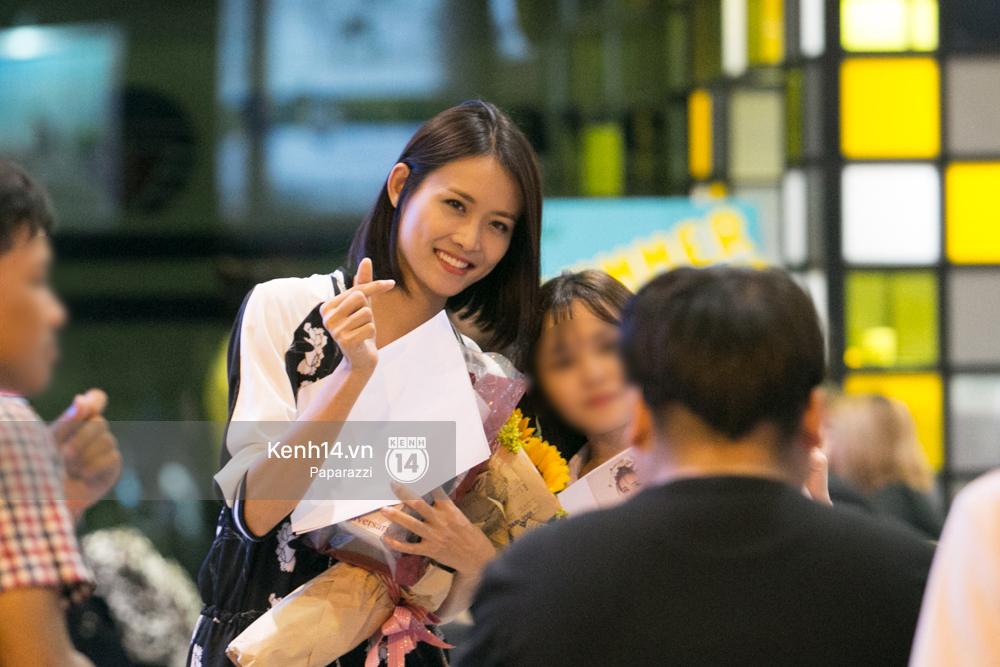 Trương Mỹ Nhân để mặt mộc vẫn rạng ngời, được fan vây kín tại sân bay giữa đêm - Ảnh 13.