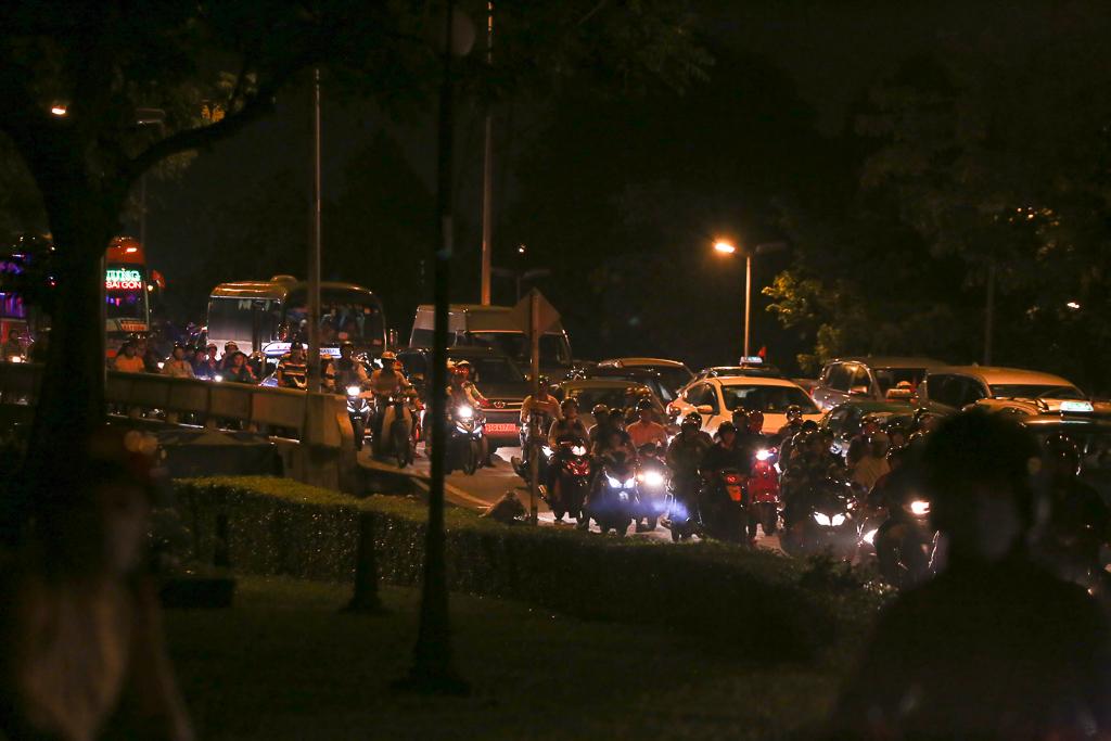 Giao thông ùn tắc nghiêm trọng từ chiều đến tối, khách xuống xe vác balo chạy bộ vào bến xe lớn nhất Sài Gòn - Ảnh 10.