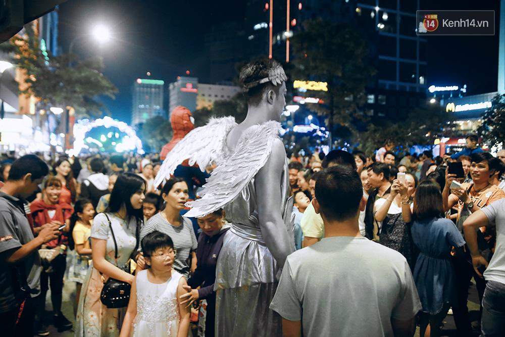Chuyện chưa kể về chàng thiên thần bất động suốt 5 giờ đồng hồ vào đêm giao thừa ở Sài Gòn - Ảnh 1.