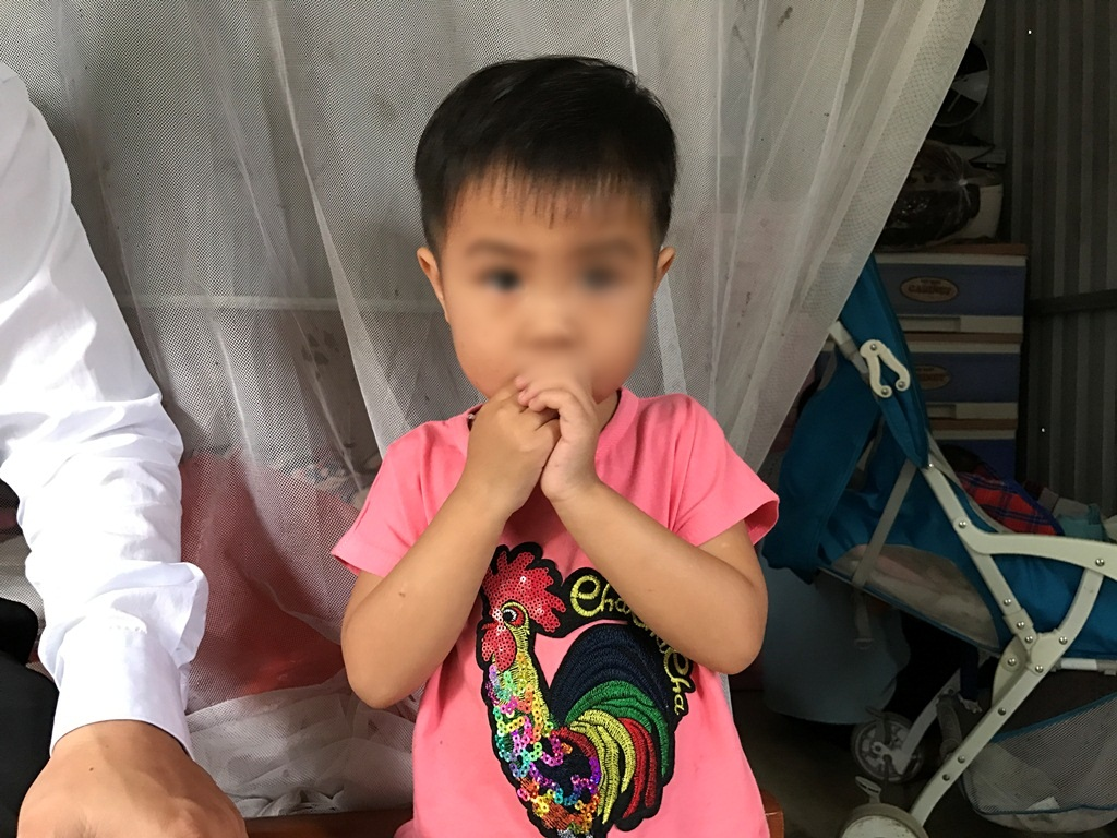 Bé gái 3 tuổi không mặc quần áo bị bắt đứng dưới mưa lạnh: Một luật sư đứng ra lo cho bé đi học - Ảnh 3.