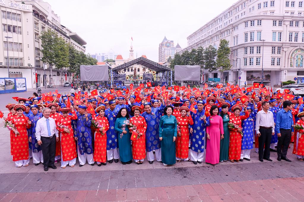 Chú rể bật khóc vì hạnh phúc trong Lễ cưới tập thể của 100 đôi uyên ương ở Sài Gòn - Ảnh 17.