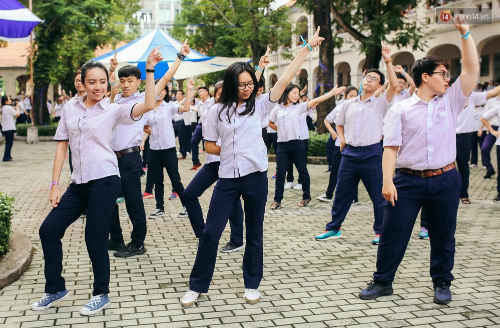 Teen chuyên Lê Hồng Phong (TP.HCM) và màn nhảy flashmob tập thể đầy cảm xúc trong lễ bế giảng - Ảnh 8.