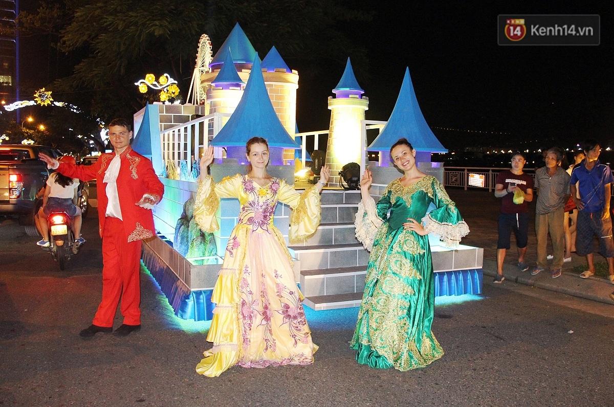 Hàng vạn người đổ ra đường hòa mình cùng lễ hội đường phố cực sôi động ở Đà Nẵng - Ảnh 3.