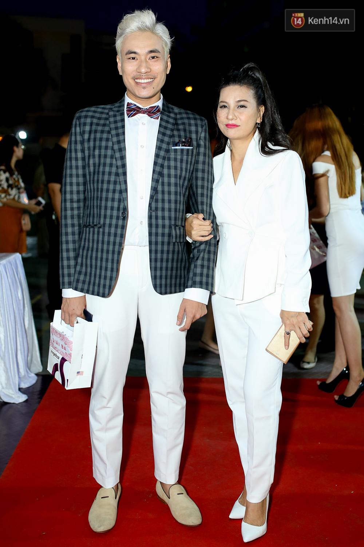 Kiều Minh Tuấn và Cát Phượng tay trong tay đến xem phim của Johnny Trí Nguyễn - Ảnh 1.