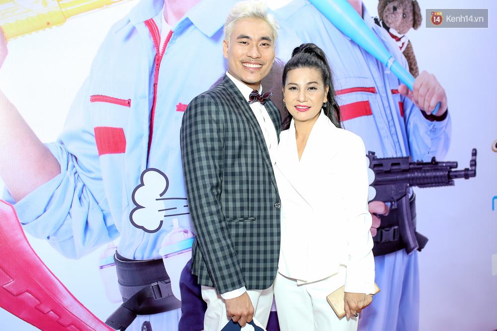 Kiều Minh Tuấn và Cát Phượng tay trong tay đến xem phim của Johnny Trí Nguyễn - Ảnh 2.