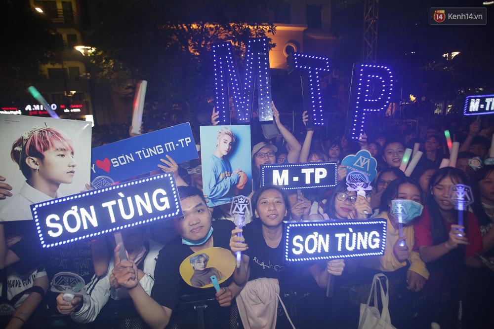 Sơn Tùng M-TP xuất hiện trên sân khấu đại nhạc hội với vẻ ngoài không thể điển trai hơn! - Ảnh 50.
