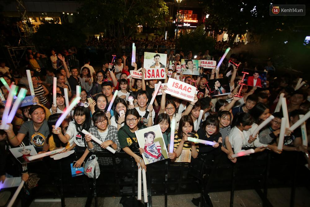 Sơn Tùng M-TP xuất hiện trên sân khấu đại nhạc hội với vẻ ngoài không thể điển trai hơn! - Ảnh 47.
