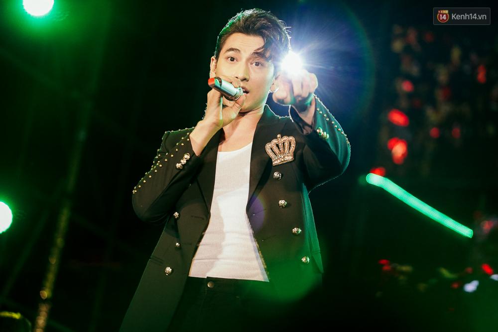 Sơn Tùng M-TP xuất hiện trên sân khấu đại nhạc hội với vẻ ngoài không thể điển trai hơn! - Ảnh 7.