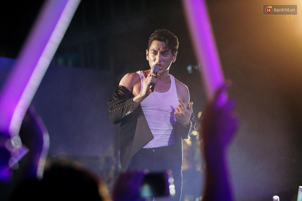 Sơn Tùng M-TP xuất hiện trên sân khấu đại nhạc hội với vẻ ngoài không thể điển trai hơn! - Ảnh 9.