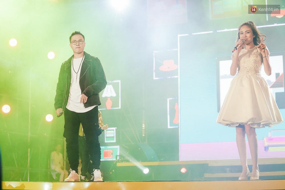 Sơn Tùng M-TP xuất hiện trên sân khấu đại nhạc hội với vẻ ngoài không thể điển trai hơn! - Ảnh 15.