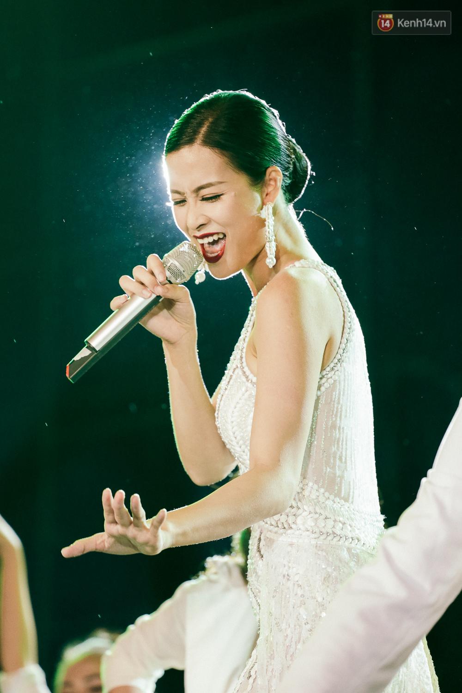 Sơn Tùng M-TP xuất hiện trên sân khấu đại nhạc hội với vẻ ngoài không thể điển trai hơn! - Ảnh 17.