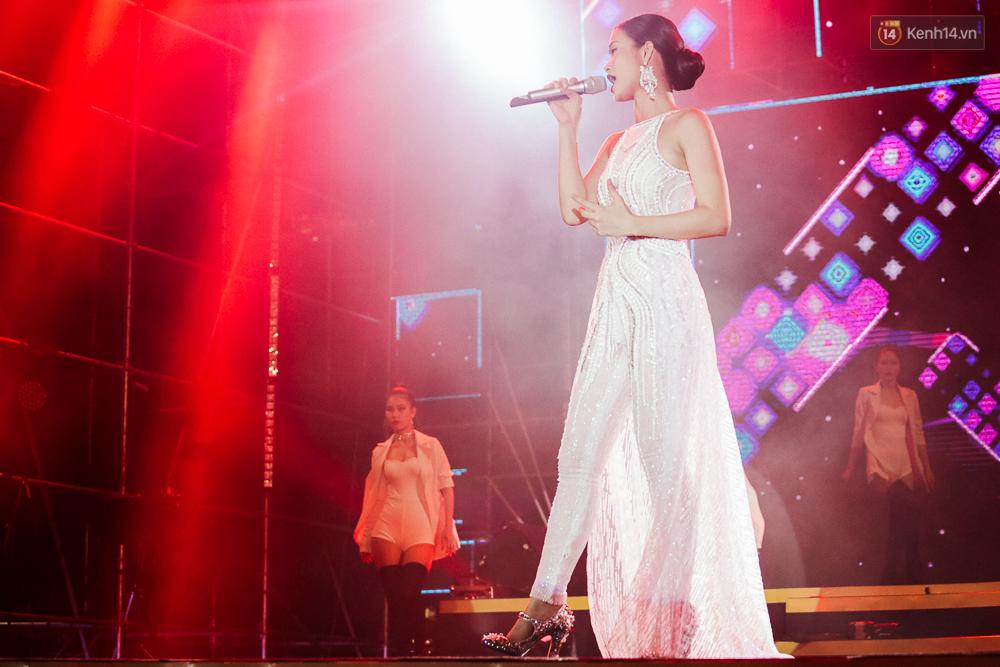 Sơn Tùng M-TP xuất hiện trên sân khấu đại nhạc hội với vẻ ngoài không thể điển trai hơn! - Ảnh 22.