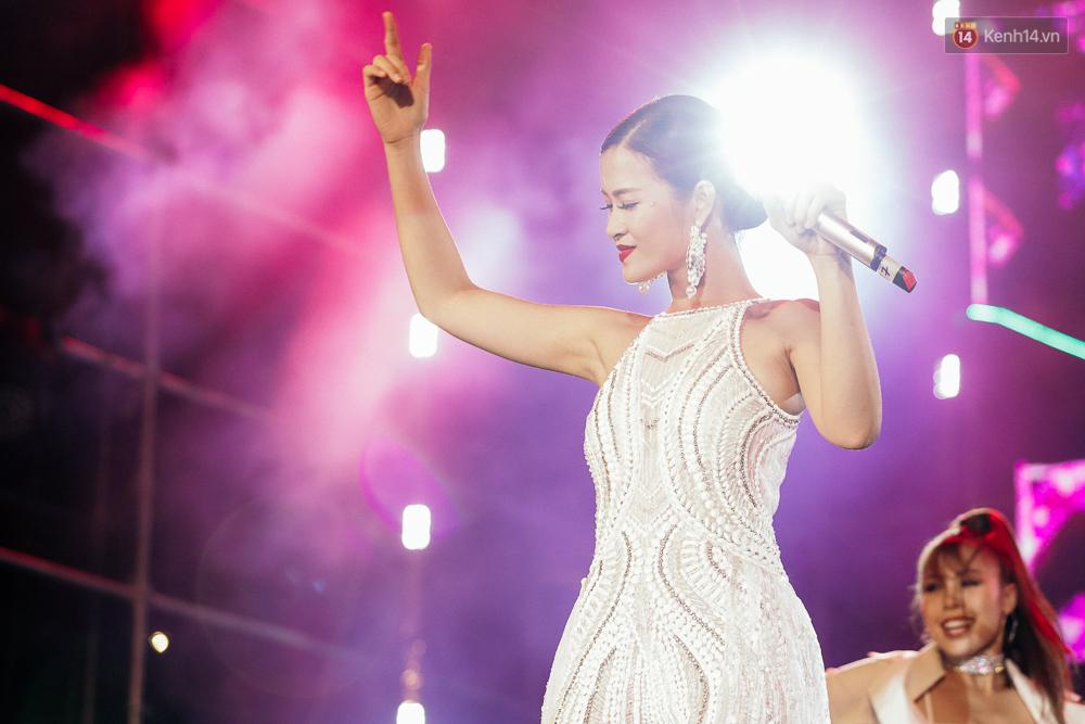 Sơn Tùng M-TP xuất hiện trên sân khấu đại nhạc hội với vẻ ngoài không thể điển trai hơn! - Ảnh 23.