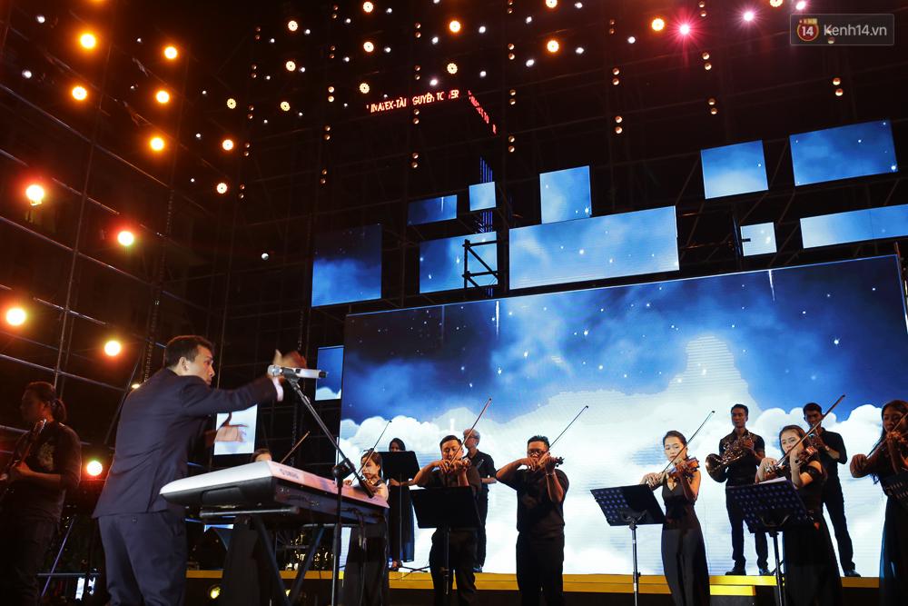 Sơn Tùng M-TP xuất hiện trên sân khấu đại nhạc hội với vẻ ngoài không thể điển trai hơn! - Ảnh 27.