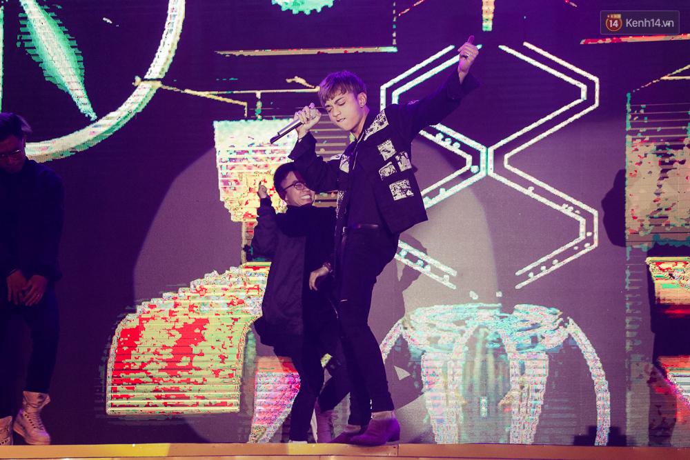 Sơn Tùng M-TP xuất hiện trên sân khấu đại nhạc hội với vẻ ngoài không thể điển trai hơn! - Ảnh 29.
