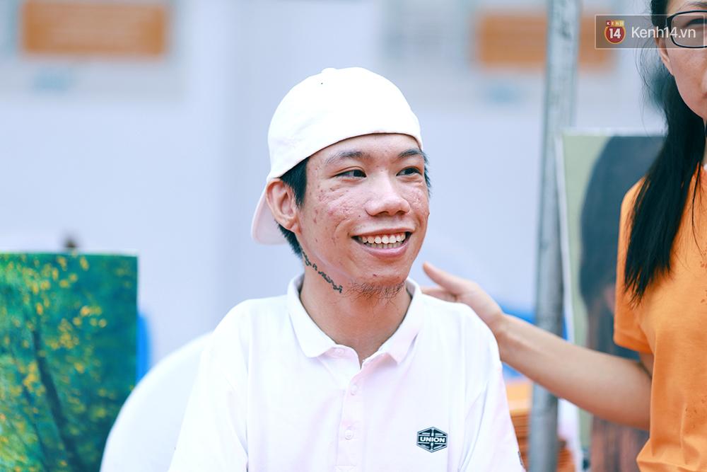 Họa sĩ khuyết tật Lê Minh Châu vẽ chân dung học trò để triển lãm tại gian hàng Sáng kiến Màu cam - Ảnh 7.