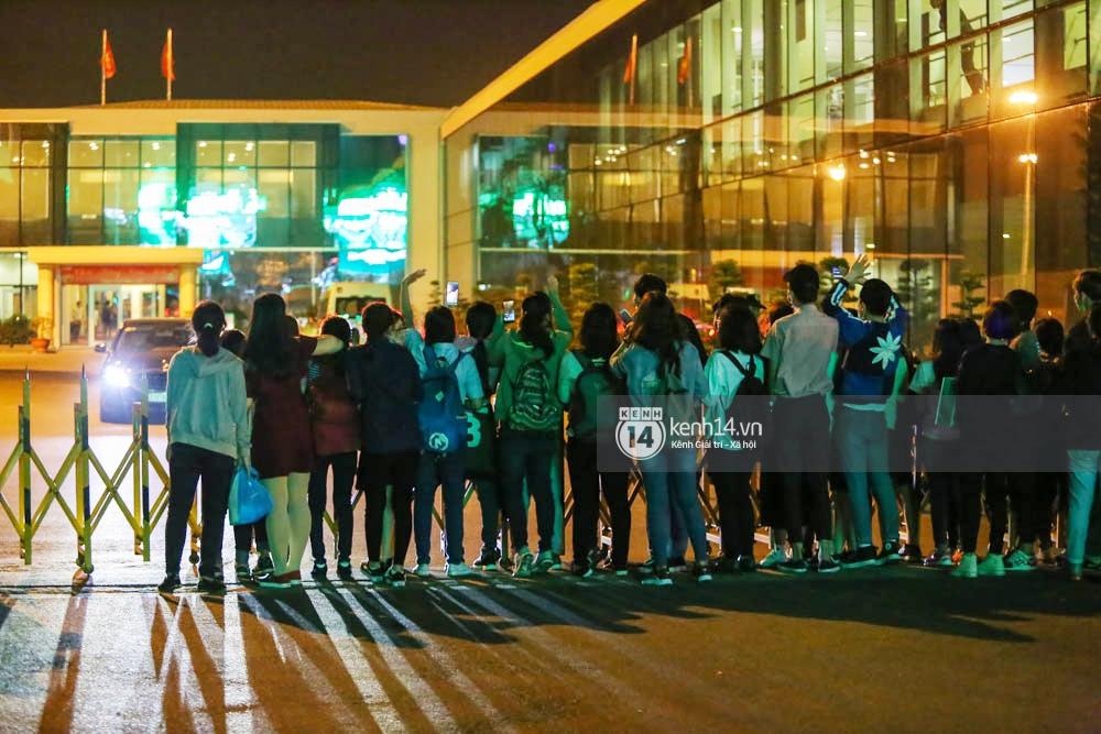 Sau 1 ngày hoạt động liên tục, Yoona vẫn vui vẻ vẫy tay chào tạm biệt fan Việt trước khi trở về Hàn - Ảnh 17.
