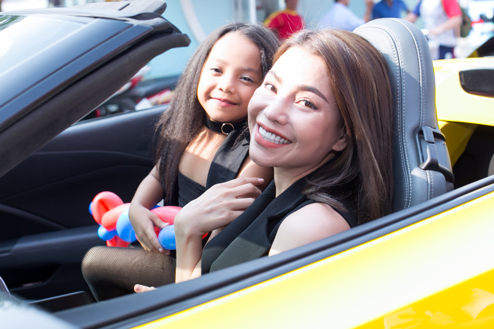 Trà Ngọc Hằng lái siêu xe chở con gái đến họp báo; Phi Thanh Vân khóc nức nở - Ảnh 2.