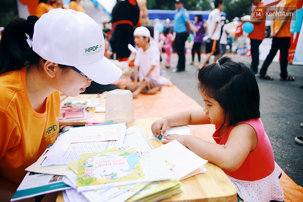 Họa sĩ khuyết tật Lê Minh Châu vẽ chân dung học trò để triển lãm tại gian hàng Sáng kiến Màu cam - Ảnh 6.