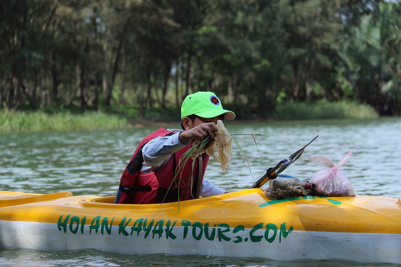 Nhiều người vô tư xả rác, còn khách Tây bỏ 10 USD để mua tour du lịch vớt rác trên sông Hoài, Hội An - Ảnh 11.